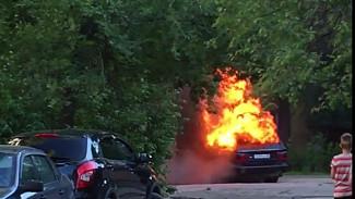 Люксовый внедорожник сгорел в Воронеже: пожар попал на видео