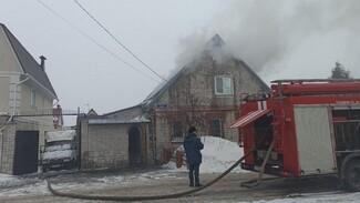 В частном секторе Воронежа заполыхал частный дом