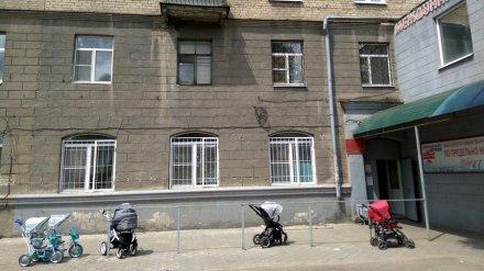 В воронежской детской поликлинике женщина оттаскала гардеробщицу за волосы