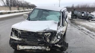 При лобовом столкновении легковушки и внедорожника под Воронежем погиб человек