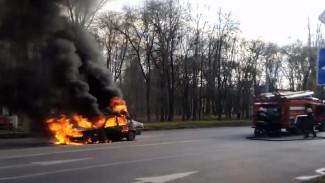 Воронежцы поделились видео вспыхнувшей напротив пожарной части иномарки