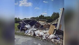 Фура улетела в кювет и развалилась на части на воронежской трассе: водитель погиб