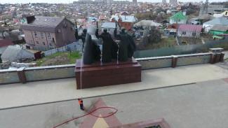 В Воронеже перед праздниками искупали памятники