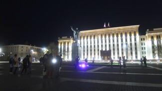 Дискотеку в наушниках устроили воронежцы под окнами правительства: появилось видео
