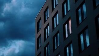 Стало известно, кто выпал из окна пятиэтажки в центре Воронежа