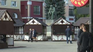 Площадь у кинотеатра «Пролетарий» в Воронеже захватил вещевой рынок