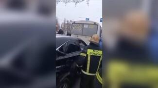 Мёртвого водителя Lexus пришлось доставать спасателям: воронежцы показали видео