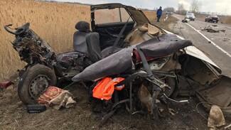 В Воронежской области легковушку «разорвало» после столкновения с грузовиком: погиб парень