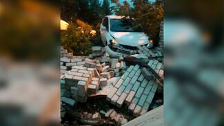 Иномарка снесла кирпичный забор жилого дома в Воронеже