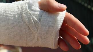 Двое учеников воронежской школы получили переломы и остались без скорой
