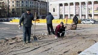 На площади Ленина началось строительство катка с искусственным покрытием