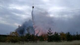 МЧС показало видео тушения пожара с вертолёта в воронежском селе