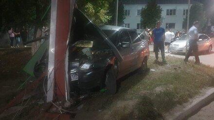 Пьяный водитель протаранил щит АЗС в воронежском райцентре: двое пострадавших