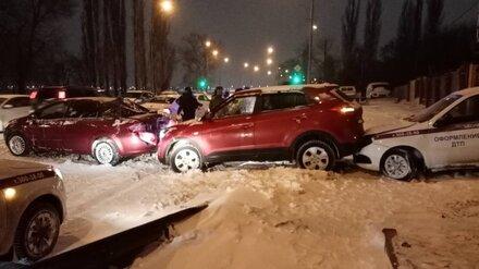 В Воронеже на заснеженной набережной столкнулись 4 автомобиля