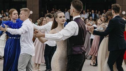 В Нововоронеже состоялся общегородской бал для 177 выпускников