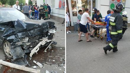 В Воронеже иномарка сбила людей на тротуаре: есть погибшие