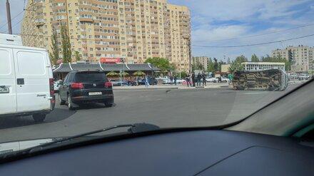 В Воронеже на Левом берегу перевернулась иномарка
