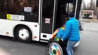 В Воронеже маршрутчик отказал в помощи инвалиду и бросил его на остановке