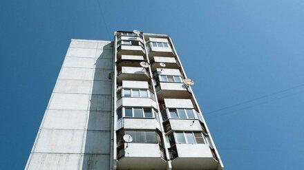 Найденный под окнами 10-этажки воронежец скончался в скорой