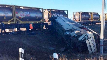 Раздавленный поездом под Саратовом автобус, в котором погибли 5 человек, ехал в Воронеж