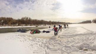 Воронежские экстремалы устроили пикник на плавающей льдине