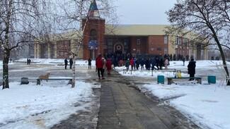 На прощание с убитой учительницей пришли сотни воронежцев