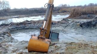 Экскаватор полностью провалился в грязь на берегу реки под Воронежем