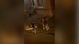 Драку девушек у популярного кафе в центре Воронежа сняли на видео