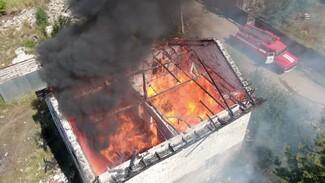 В воронежском микрорайоне сгорел строящийся двухэтажный дом