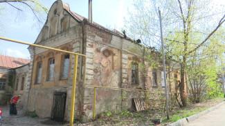 Самый старый дом Воронежа замаскируют строительным мусором