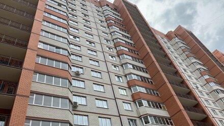В Воронеже парень выпал из окна многоэтажки в своё 18-летие