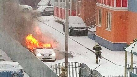 Во дворе многоэтажки вспыхнули 2 иномарки
