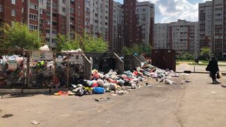 Двор между многоэтажками в Воронеже вновь превратился в свалку