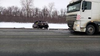 В Воронежской области после неудачного обгона ВАЗ в лоб столкнулся с фурой