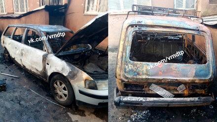 В Воронеже во дворе многоэтажки сгорели 2 машины