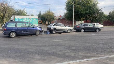 В Воронеже попавшего в двойное ДТП автомобилиста зажало между машинами