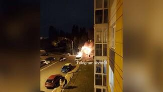 В крупном воронежском ЖК дотла сгорел внедорожник: появилось видео