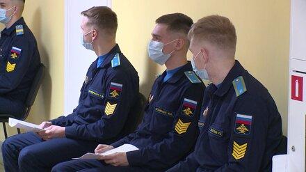Офицеры воронежской академии привились от ковида перед выпуском на площади Ленина