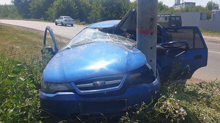 В Воронежской области легковушка взяла на таран столб: водитель и пассажир пострадали