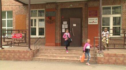 Избившая воронежскую школьницу выпускница разрыдалась на общем собрании