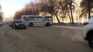 В центре Воронежа таксист спровоцировал ДТП с маршруткой и скрылся