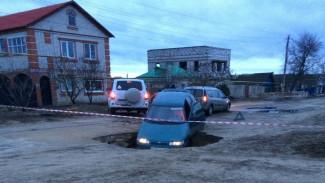 Очевидцы: в воронежском райцентре автомобиль провалился в шестиметровую яму в асфальте