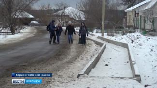 Из-за недостроенного тротуара жители борисоглебского села вынуждены ходить по проезжей части