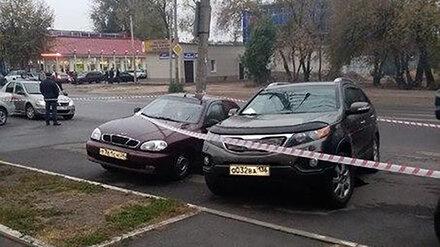 В Воронеже под 2 автомобилями провалился асфальт