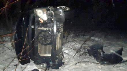 На воронежской трассе микроавтобус вылетел в кювет: пострадали трое