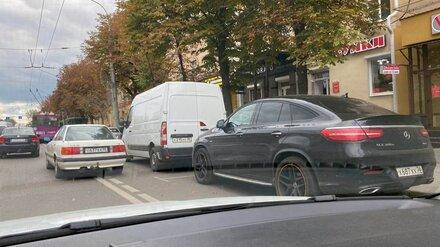 Воронежцы сфотографировали массово паркующихся на выделенке водителей