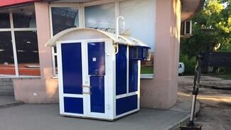 С остановки «Газовая» в Воронеже убрали похожий на туалет игровой автомат