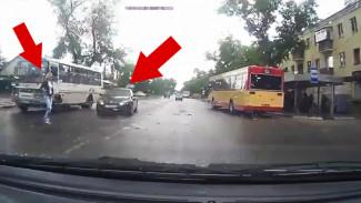 Воронежцы сняли на видео, как иномарка наехала на девушку на пешеходном переходе