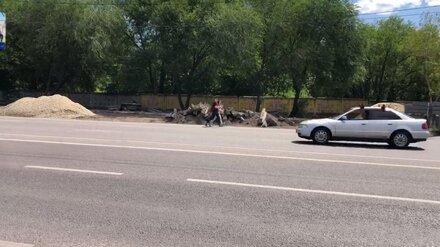 «Ходим по дороге». Воронежцы пожаловались на затянувшийся ремонт тротуара