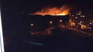 Крупный пожар в воронежском микрорайоне напугал горожан